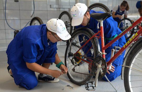 35 de biciclete donate de români au fost recondiționate de elevii din Tabăra Meseriașilor și dăruite copiilor din centre de plasament din Brașov