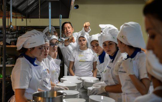 """""""Cină în familie"""", pregătită și servită exemplar de 59 de elevi din  Tabăra Meseriașilor din Țara lui Andrei"""